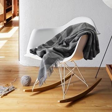 Gratis Wolldecke beim Kauf eines Eames RAR von Vitra