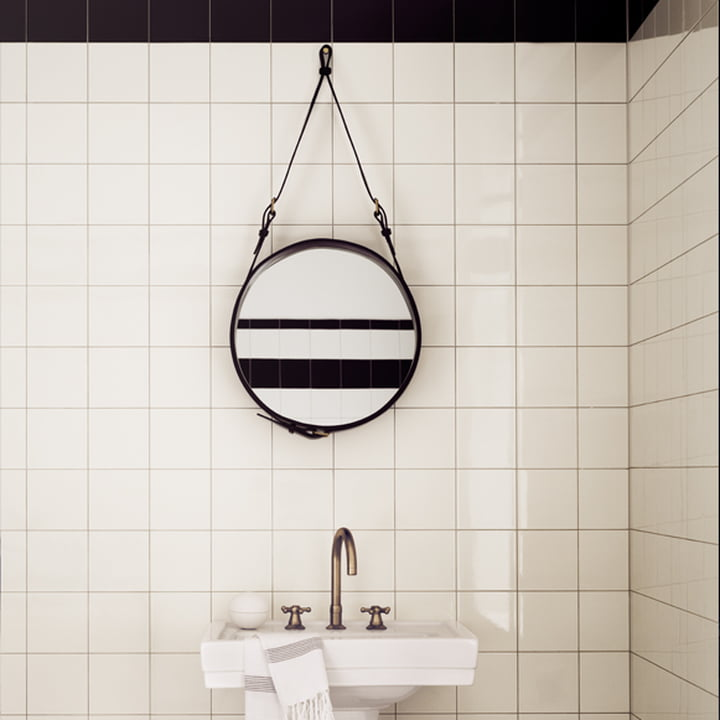 Adnet Spiegel von Gubi im Badezimmer über dem Waschbecken
