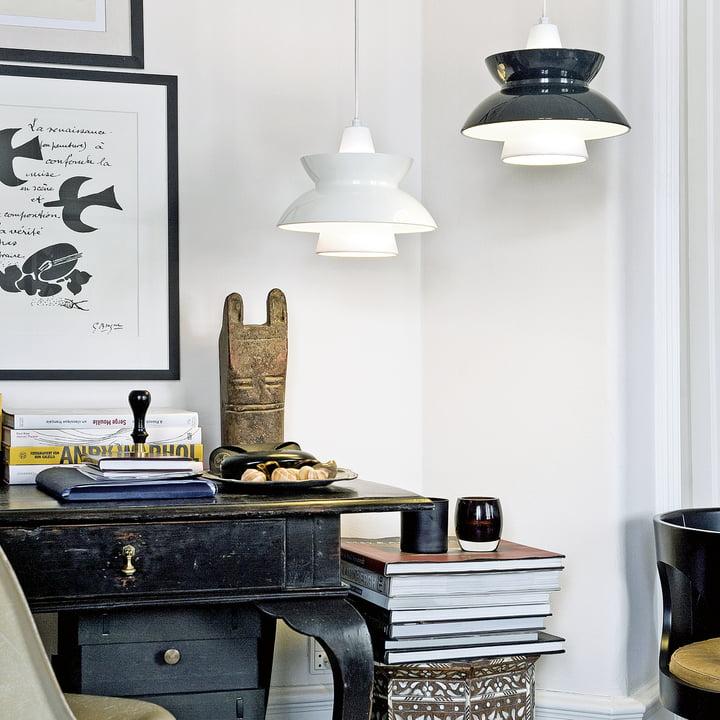 DooWop Pendelleuchte von Louis Poulsen in Weiß und Dunkelgrau über dem Schreibtisch