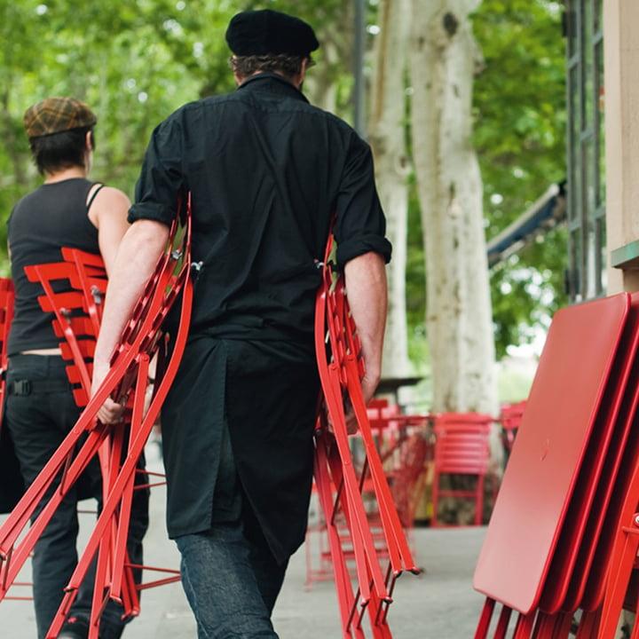 Klappstuhl und auch die Tische können schnell zusammengeklappt werden