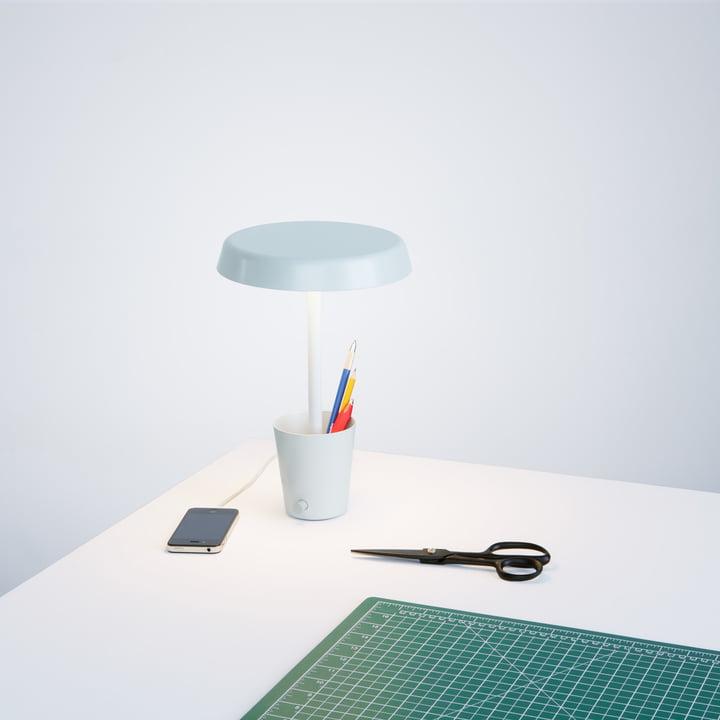 Cup Leuchte von Umbra auf dem Schreibtisch