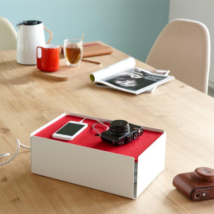 Die weiss-rote Aufladestation Charge-Box von Konstantin Slawinski lässt Ladekabel unsichtbar werden