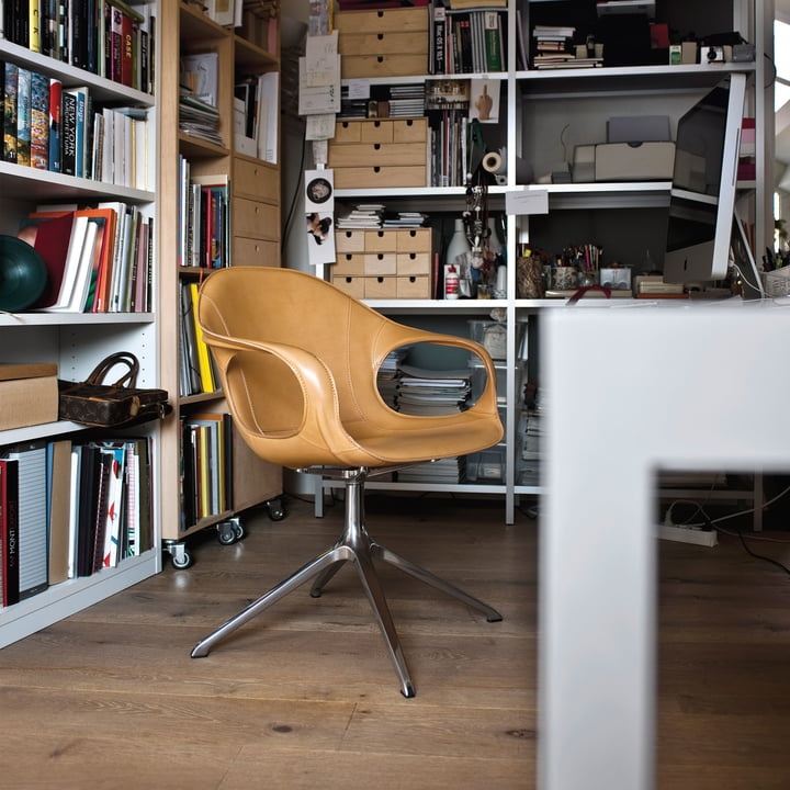 Zeitloser Arbeitsstuhl mit Lederbezug und Drehgestell