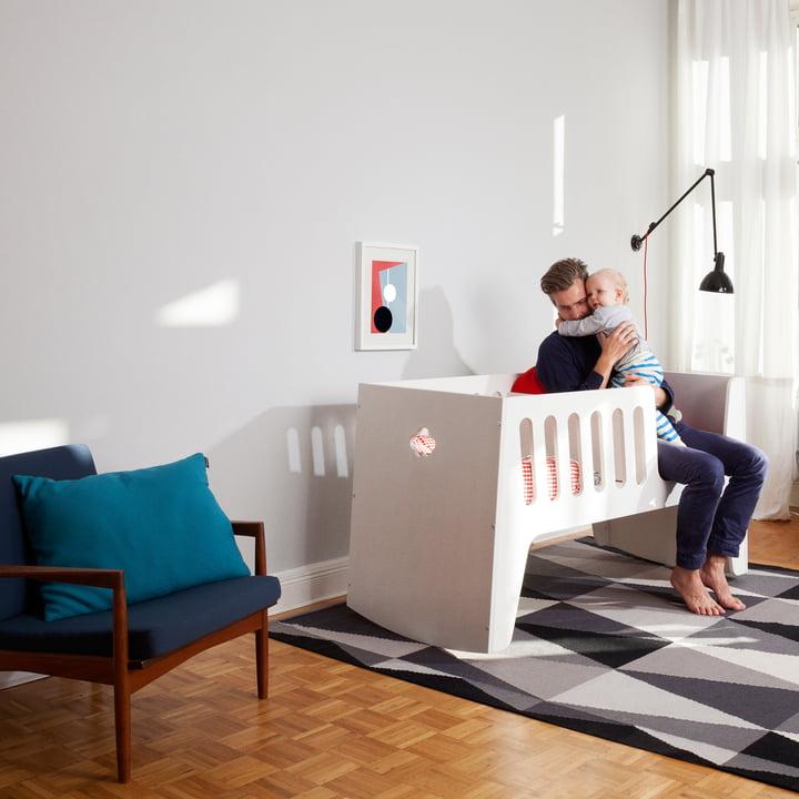 Baby- und Kinderbett, das in vier Stufen mit Ihrem Kind mit wächst