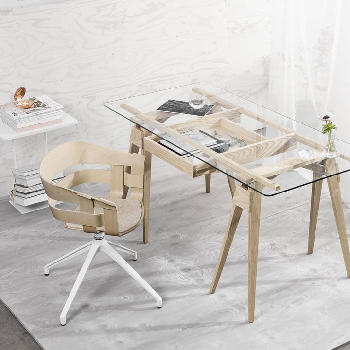 Der Wick Chair Wood und Arco Schreibtisch