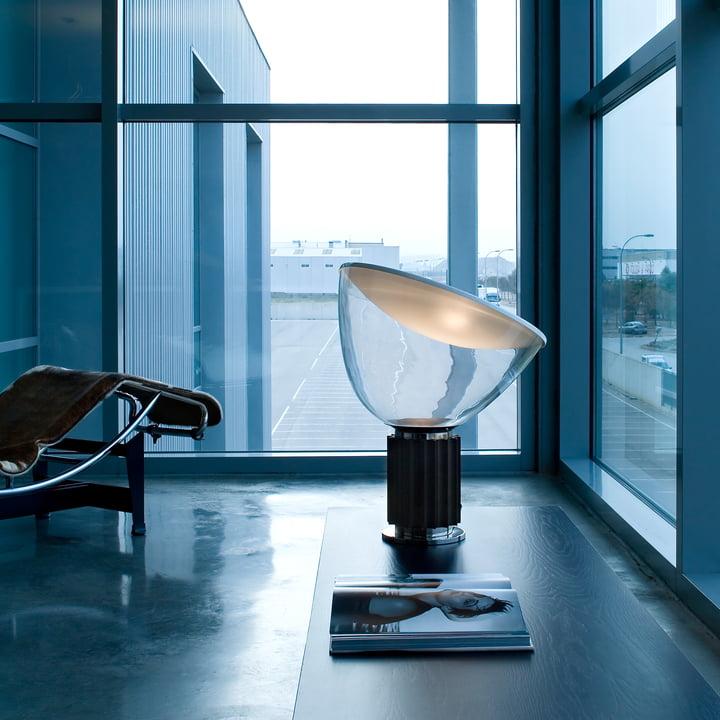 Die Taccia LED Tisch- und Bodenleuchte von Flos in schwarz