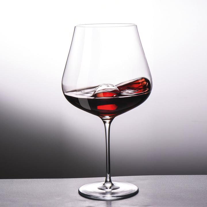 Rotweinglas mit gläserner Dekantierkugel