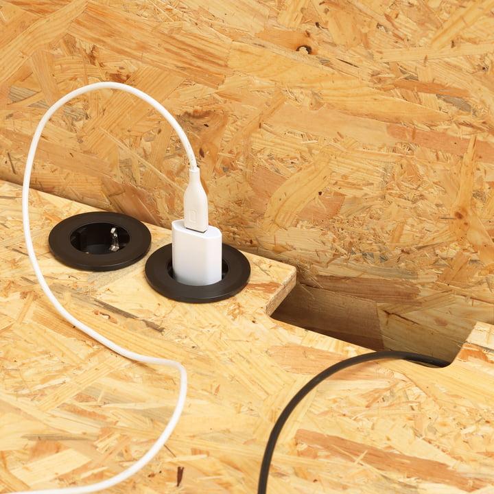 Hack Schreibtisch mit Aussparungen für Steckdosen und Kabel
