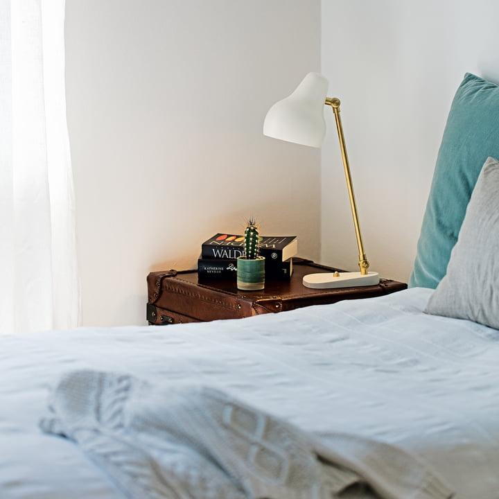 VL38 LED Tischleuchte von Louis Poulsen auf dem Nachttisch neben dem Bett