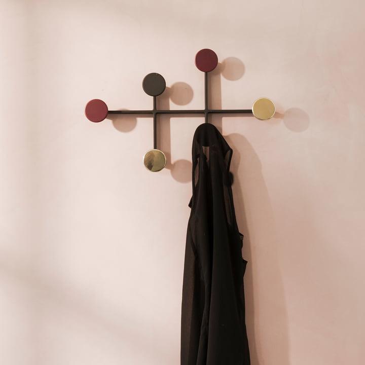 Afteroom Garderobe von Menu in Schwarz, Rot und Messing