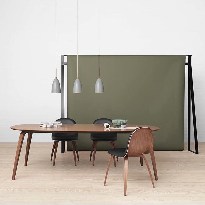 Esstisch von Gubi mit Stühlen und Pendelleuchten