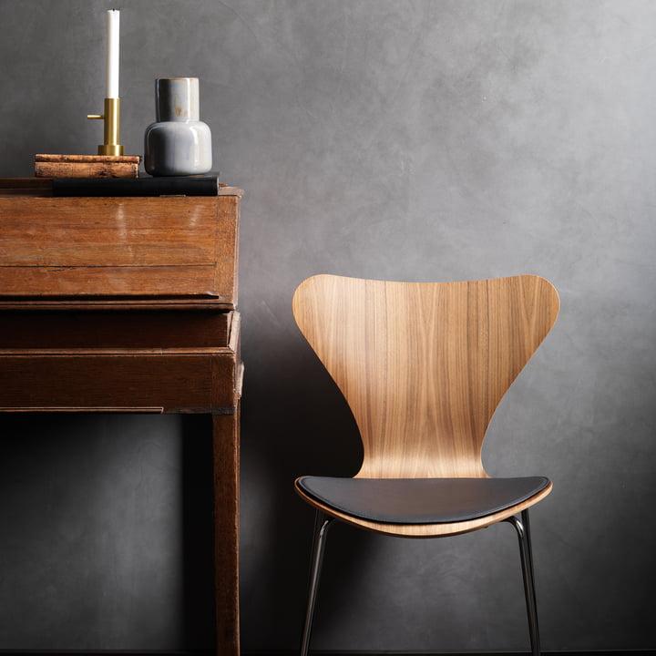 Das Fritz Hansen - Leder Sitzkissen auf dem Stuhl platziert