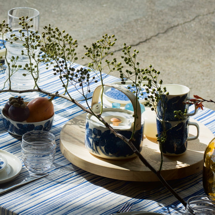 Die Marimekko - Oiva Mynsteri Teekanne und Becher mit Henkel in blau / weiß auf einem Tablett angerichtet