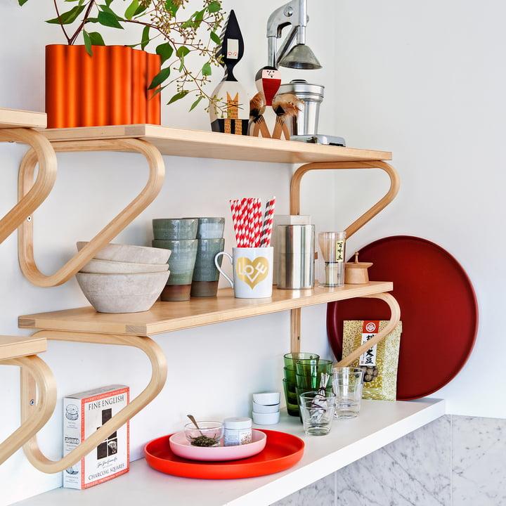 Artek Wandregal mit Home Complements von Vitra