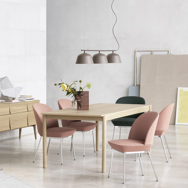 Linear Wood Esstisch mit Olso Side Chair, Reflect Sideboard und Ambit Rail Pendelleuchte von Muuto